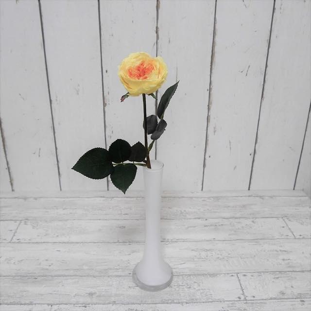 プリザーブドフラワーのバラを1輪挿しに活ければ、まるで生花のようです!