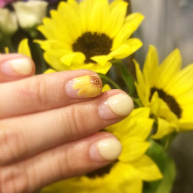 ネイルを紫陽花からヒマワリにチェンジ