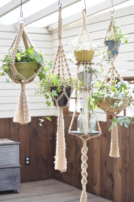 麻ひもや毛糸、ロープで編んだプランツハンガー