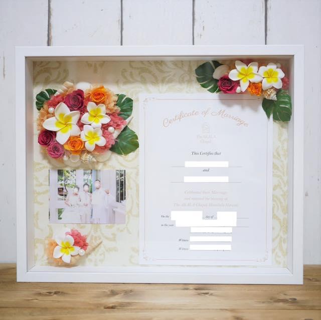 結婚証明書と結婚式の写真を飾れるボード